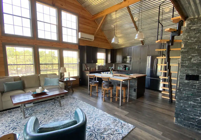 Sweet Serengeti cabin great room in Blanco