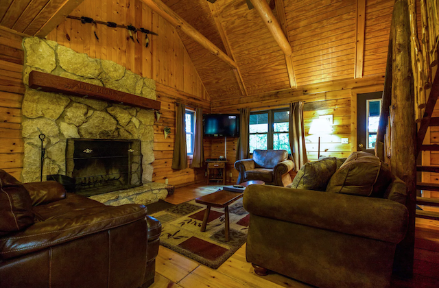 Oakridge Hocking Hills Pet Friendly Cabin living room