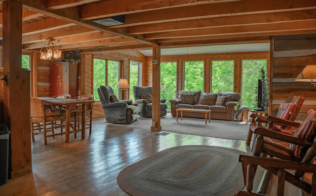 Pond's Edge Log Vacation Cabin great room with a view