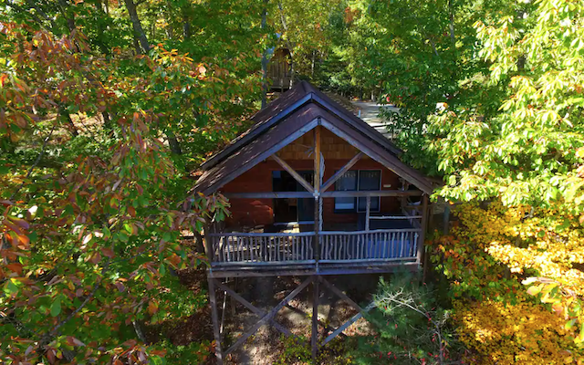 treehouse cabin in Hot Springs NC